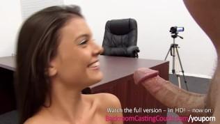 Hübscher Blase-Hase beim Porno Casting