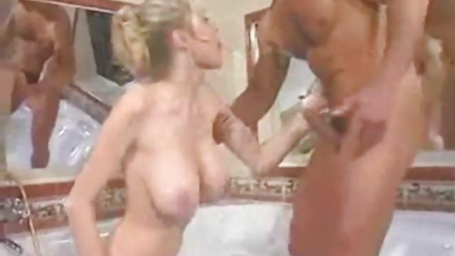 Blonde mit dicken Titten steht auf Analsex