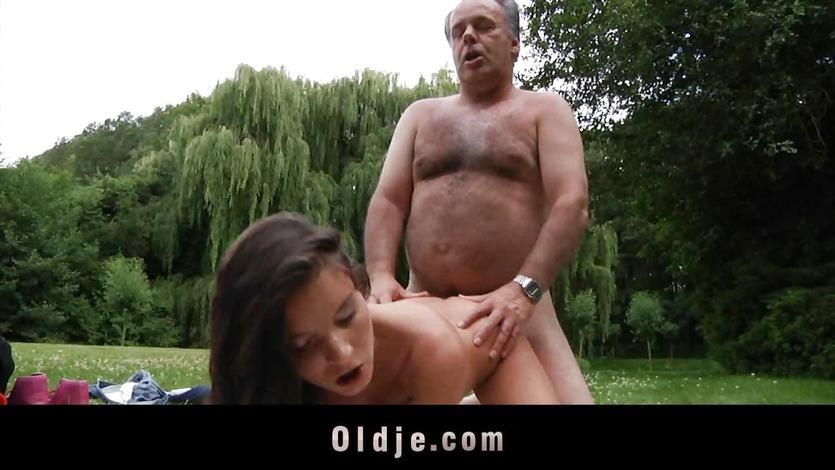 Opa fickt Mädchen im Park