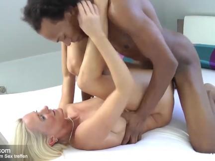 Alte Blondine fickt mit schwarzem Nachbarn