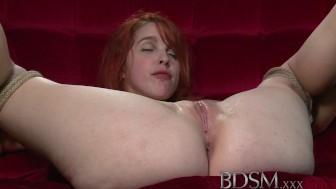 Junge Rothaarige wird unterworfen BDSM