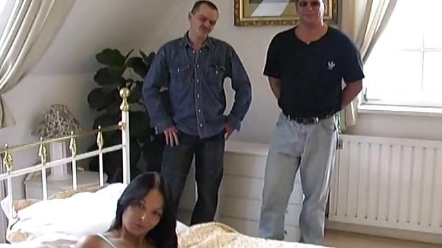 Zwei alte Schmierlappen ficken junges Mädchen