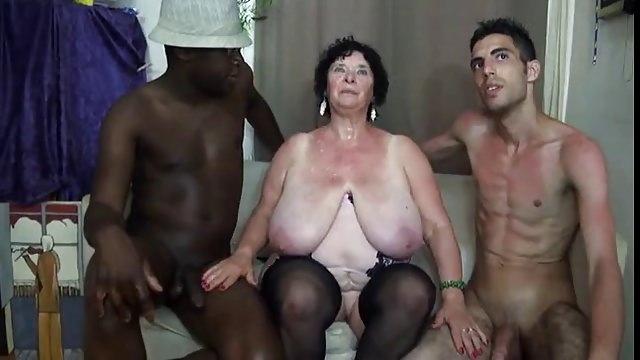 Dicke Oma treibt es mit Neger und Weißen