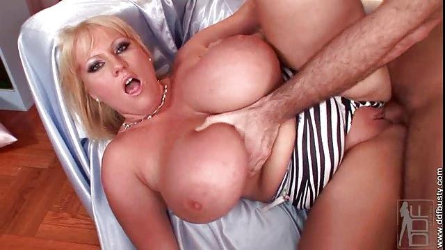 Laura Orsolya genießt einen geilen Fick