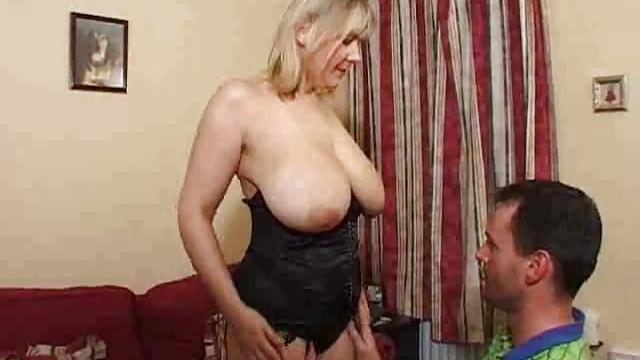 Reife Frau mit Monstertitten