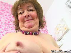Perverse fette Oma holt sich einen runter