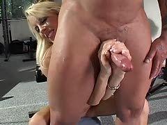 Blonde im Fitnessstudie wichst ihrem Trauiner das Schwert